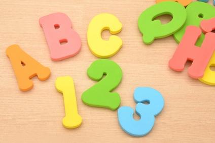 アルファベットと数字のおもちゃ