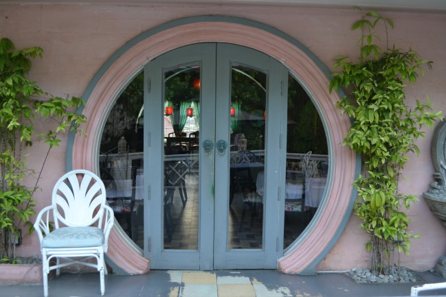 The back entrance of La Maison Rose reminds me of Bilbo's house door. (Bilbo from The Hobbit)