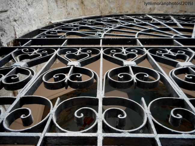 The railing design.