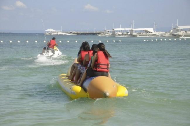 セブのマクタン島にあるタンブリリゾートで、家族と一緒に風に逆らいながらバナナボートを乗りました!
