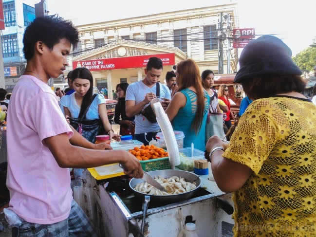 地元の人たちがストリートフードを楽しんでいます。