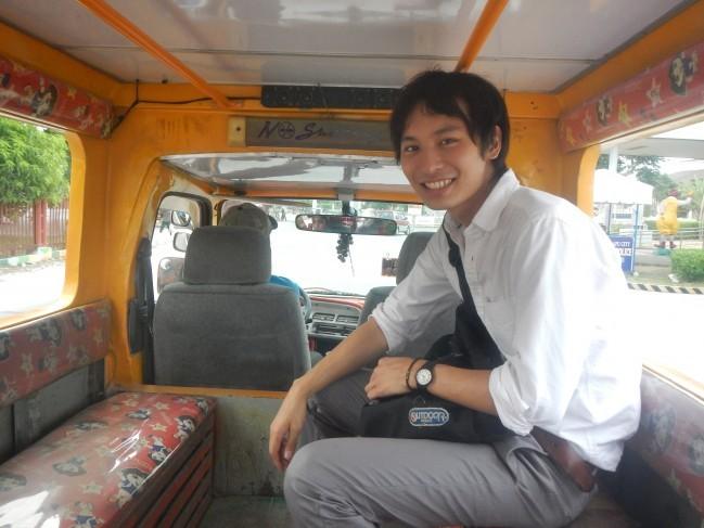 写真に写っている私の日本人の友人は、すでにたくさんジプニーに乗っています!