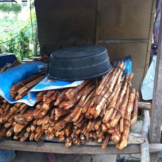そうです、小さなサリサリストアは薪も売っているんです!