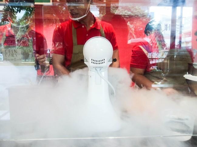 液体窒素でアイスを作っています。本当に美味しいのです!