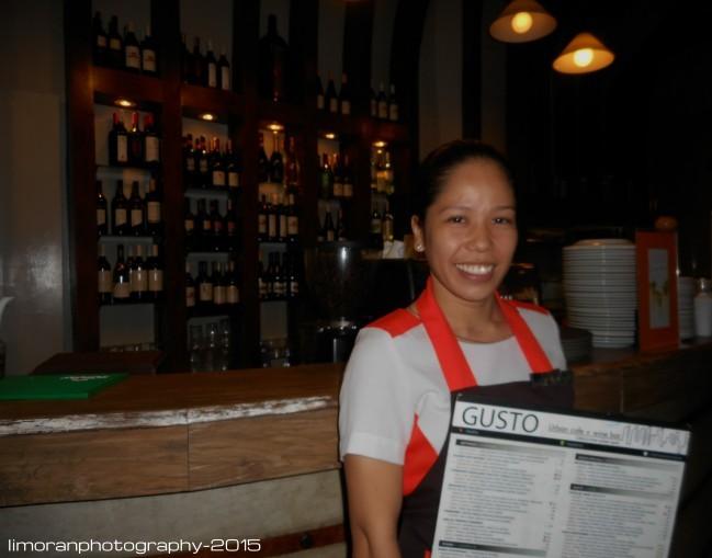 jillie mae fernandez さんは笑顔で写真にも応じてくれました。この笑顔はお客さんに対しても変わりません!