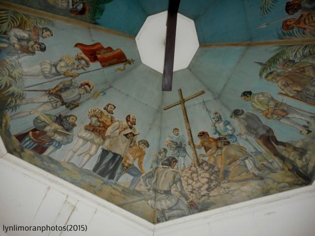 クロス設置の様子を描いた天井画