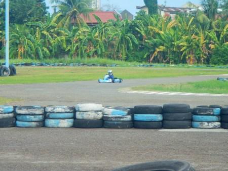 8歳のレーサーの男の子がカートゾーンでトレーニングを受けています。