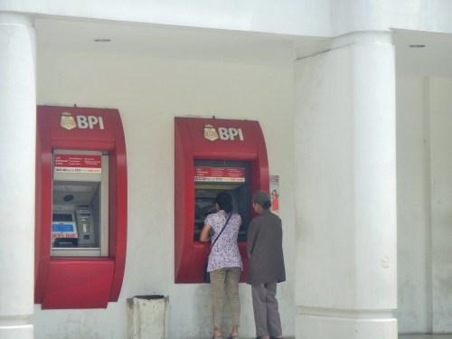 銀行の外にあるATM機