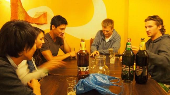 旅中のごく普通な1日。カナダやブルガリアの人たちとお酒を飲みゲームに興じています。