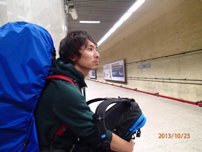 ルーマニア、ブカレストの地下鉄駅構内にて。