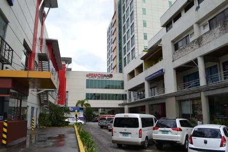 左がJYモールで右がJY・ITセンター。 中央の建物が2つのモールとセンターを繋いでいます。