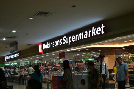 ロビンソンズスーパーマーケットは地下にあります。