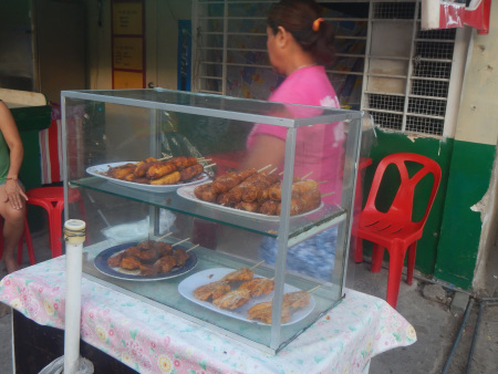 バナナキュー(と様々な種類のバナナのおやつ)が売られています! バナナキューはフィリピンの有名なおやつです。調理された2本のカルダババナナが一本の串に刺さっています。