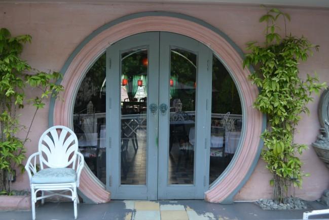 ラ・メゾン・ローズのうしろの扉。ホビットに出てきそう!