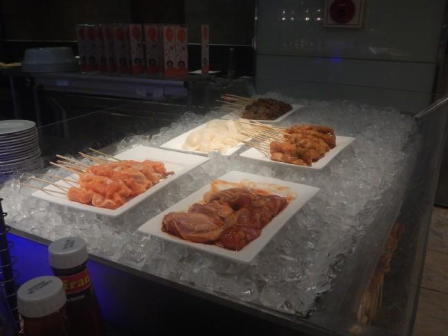 提供される前の調理されてない肉は氷が積み上げられています
