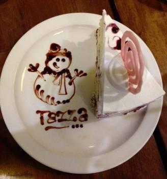 ブルーベリーのレアチーズケーキ。絵は嬉しそうなスノーマン!