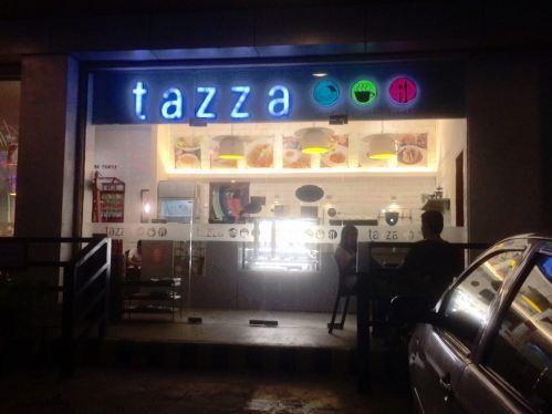 みなさんみてください!これはTAZZAの入り口です。(夜に撮った写真) TAZZAカフェ&ケーキは二年前の4月26日に素敵なカップルが立ち上げました!